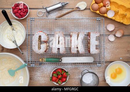 Victoria framboise et crème aux fraises le mot orthographe gâteaux gâteau avec des ingrédients ci-dessus. Pattern Banque D'Images