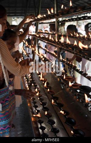 Vue verticale de lampes à huile traditionnel brûle dans Kandy, Sri Lanka. Banque D'Images