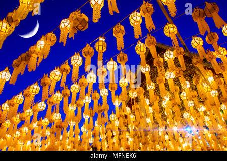 Lanternes traditionnelles du nord de la Thaïlande est éclairée la nuit pendant le festival Loy Krathong Banque D'Images