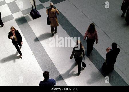 High angle view of business executives walking sur un hall de gare Ref: CRB422 10029__011 crédit obligatoire: PHOTOGRAPHIE Sem - Allemand / réponse Banque D'Images