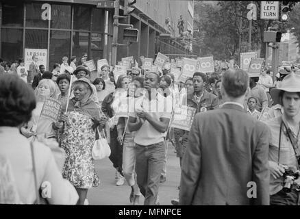Poor People's Mars à Lafayette Park et sur Connecticut Avenue. Personnes qui défendent et portant des signes, 18 juin 1968. Photographe: Warren K Leffler. Banque D'Images