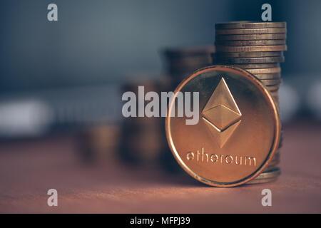 Trading avec Ethereum cryptocurrency, coin pile avec un ordinateur portable dans un arrière-plan, conceptual image Banque D'Images