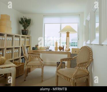 Une maison moderne avec une table d'étude de bureau fauteuils période étalage de stocker les fichiers de zone Banque D'Images
