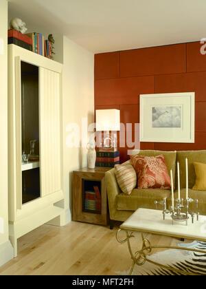 Salon moderne avec détails canapé vert olive, rouge tuile ...