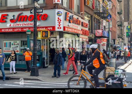 """Un magasin vendant vaping fournitures dans Midtown Manhattan à New York le mardi, Avril 24, 2018. La Food and Drug Administration a annoncé qu'il est attaquant au sur les ventes de produits, spécifiquement ceux vaping par la marque Juul, en ce qui concerne la vente aux mineurs. """"La FDA ne tolérera pas la vente de produits du tabac aux jeunes' et sont maintenant les détaillants et les fabricants responsables des ventes illégales. (© Richard B. Levine) Banque D'Images"""
