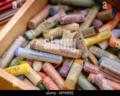 Une boîte de crayons et pastels colorés Rowney dans un studio d'artiste. Banque D'Images