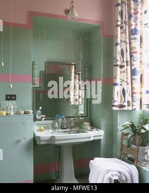 Rose rétro lavabo de la salle de bains en vert Banque D\'Images ...