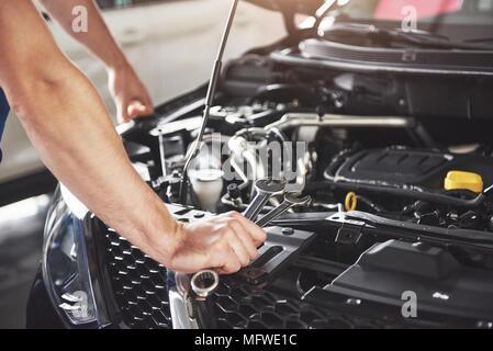 Mécanicien automobile travaillant dans un garage. Service de réparation Banque D'Images