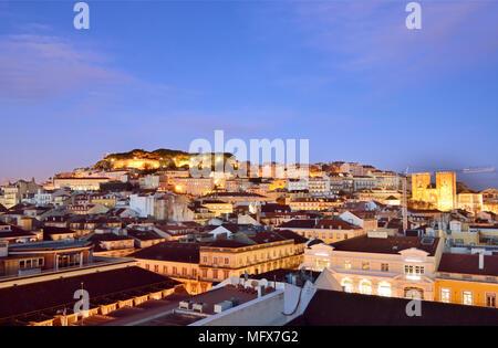 Quartier de Baixa et le château de São Jorge, au crépuscule. Lisbonne, Portugal Banque D'Images