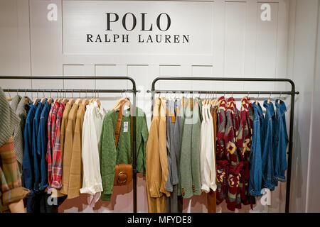 ... magasin Macy s Women s clothing racks tops chemises chemisiers Ralph  mannequin  ROME, ITALIE - circa 2017, novembre   des vêtements de femmes  sur l  ed3e26c6640