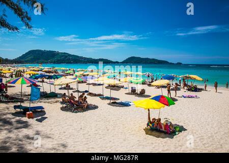 PHUKET, Thaïlande- Jan 23, 2016: des foules de touristes à Patong Beach le 23 Jan 2016 à Phuket, Thaïlande. Phuket est une destination populaire célèbre pour