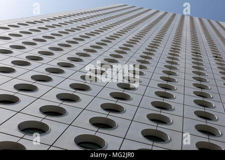 HONG KONG, CHINE - AVRIL 01,2018: Jardine House Connaught Place Central. Construit en 1972, il est administré par Hongkong Land Limited, une filiale de Jardines Banque D'Images