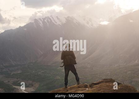 Sac à dos avec des voyageurs debout sur sommet de montagne, profiter de magnifique coucher de soleil et vue sur la vallée. Vie de voyage et la réalisation du concept de réussite Banque D'Images