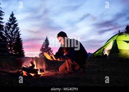 Tourisme de randonnée se reposer dans son camp la nuit près de camp Banque D'Images