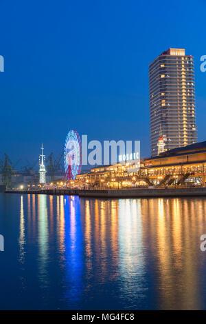 Ancien port de Kobe et de la station de signal à la tombée de la grande roue, Kobe, Japon, Kansai Banque D'Images