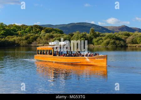 La dame au départ lancement du moteur de Derwentwater Keswick landing stage sur Derwent Water dans le Parc National du Lake District, Cumbria, Angleterre Banque D'Images