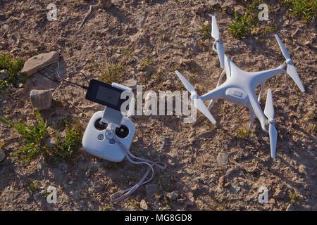 Vue de dessus d'un drone quadcopter professionnel blanc volant appareil photo avec l'herbe verte en arrière-plan, photographe aérien, l'équipement des aéronefs, rc, la co Banque D'Images