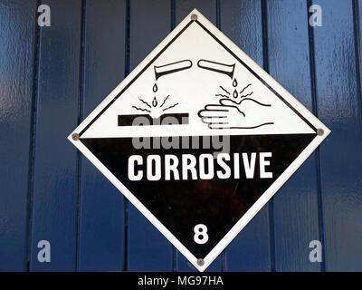 Un signe à prendre soins d'avertissement parce que la région a des produits chimiques corrosifs présent Banque D'Images