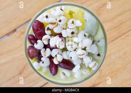 Les tears et haricots rouges dans le thé vert et le durian Ice cream on wooden table Banque D'Images
