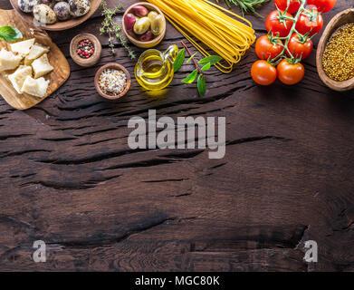 Différents types de pâtes alimentaires dans des cuillères en bois sur la table. Vue d'en haut. Banque D'Images