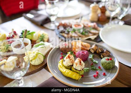 Pkhali bouchées sur plaque dans un restaurant, plats géorgiens. Servi au restaurant et table Banque D'Images