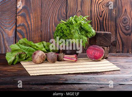 Still Life de betterave et feuilles sur fond de bois Banque D'Images