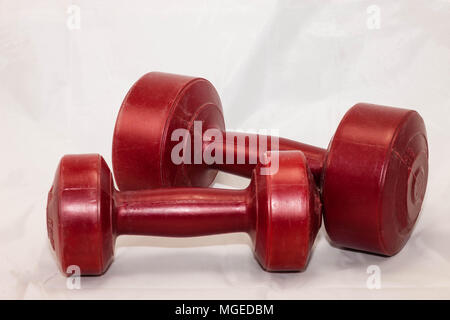 Deux rouges et 5 lb poids de main pour faire de l'exercice Banque D'Images