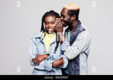 Portrait d'un jeune afro-américain surpris disant isolé couple secrets Banque D'Images