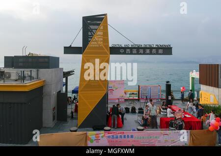 Hong Kong, Chine. 28 avril 2018. Le nouveau centre et l'ouest de la promenade de district, Hong Kong, Chine. Credit: Bob Henry/Alamy Live News Banque D'Images