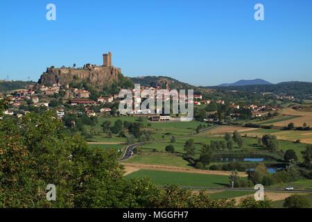 Vue de la ville de Polignac, près de le Puy-en-Velay, dominé par le 'Fortresse de Polignac' avec son donjon carré, de 32 m de hauteur, Auvergne, France