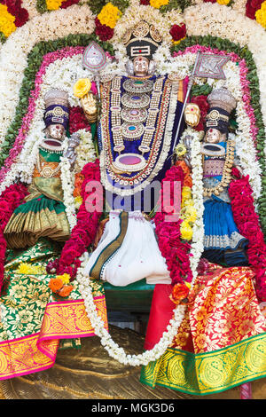 Statues de la dieux indiens. Brahma, Vishnu Shiva Durga Ganesha, faite avec des fleurs pour le festival la Masi Magam. Puduchery, Tamil Nadu, Inde Banque D'Images