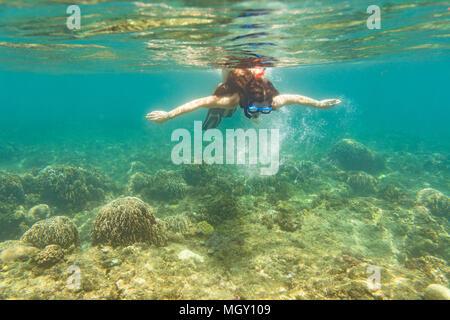 Plus de plongée femme marbre de mer tropical Banque D'Images