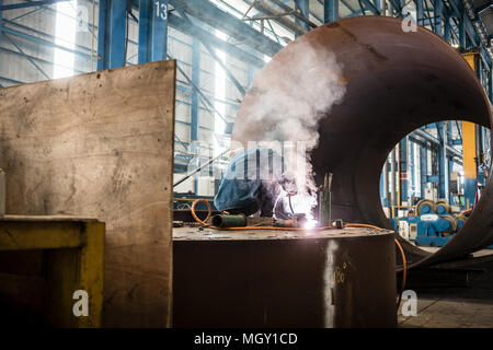 Ouvrier la soudure dans l'intérieur d'une usine