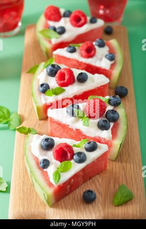 Tranches de pizza de pastèque avec du yogourt et petits fruits, dessert d'été Banque D'Images