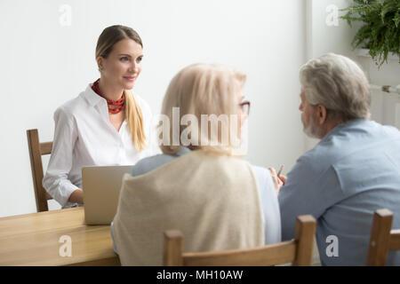 Senior couple demander conseil au sujet de l'investissement rencontre avec financ Banque D'Images