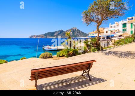 Vue sur mer depuis le banc de la promenade côtière de Sant Elm en ville, l'île de Majorque, Espagne Banque D'Images