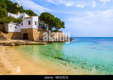 Belle vue sur la baie de Cala Gat avec plage et maison sur la côte, l'île de Majorque, Espagne Banque D'Images