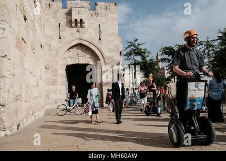 Jérusalem, Israël. 30 avril, 2018. Les touristes profiter un Segway tournée à l'extérieur de la vieille ville de Jérusalem Porte de Jaffa. Credit: Alon Nir/Alamy Live News