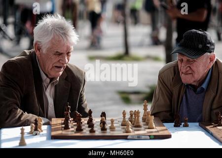 Jérusalem, Israël. 30 avril, 2018. Les hommes âgés jouent un jeu d'échecs à l'extérieur de la vieille ville de Jérusalem Porte de Jaffa. Credit: Alon Nir/Alamy Live News