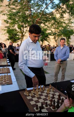 Jérusalem, Israël 30 avril 2018. Grand maître d'échecs indiens, et l'actuel Champion du Monde 'Rapide Viswanathan Anand Vishy' jouant simultanément contre des dizaines de jeunes joueurs israéliens pendant un tournoi d'échecs et d'événements marquant le 70e anniversaire d'Israël à Jérusalem