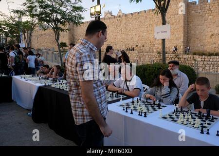 Jérusalem, Israël 30 avril 2018. Grand maître d'échecs israélien, Michael Roiz simultané contre des dizaines de jeunes joueurs israéliens lors d'un tournoi d'échecs et d'événements marquant le 70e anniversaire d'Israël à la vieille ville de Jérusalem est la porte de Jaffa Crédit: Eddie Gerald/Alamy Live News