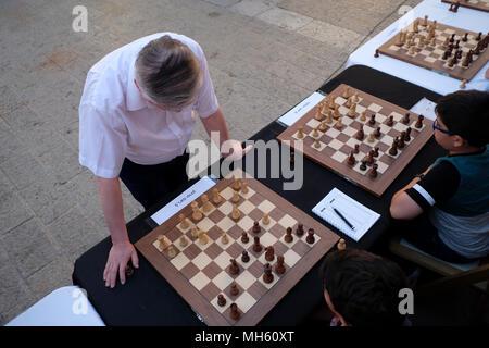 Jérusalem, Israël 30 avril 2018. Membre de la Douma d'État russe, grand maître des échecs et l'ancien champion du monde Anatoli Evgenevitch Karpov simultané contre des dizaines de jeunes joueurs israéliens lors d'un tournoi d'échecs et d'événements marquant le 70e anniversaire d'Israël à Jérusalem