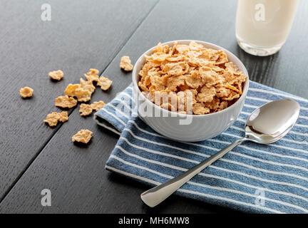Flocons de maïs en bonne santé avec du lait pour le petit-déjeuner sur la table, la nourriture et les boissons Banque D'Images