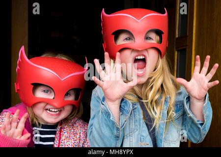 Les enfants s'amusant portant des masques.