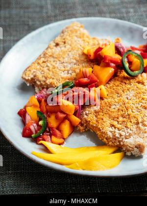 Tranchees TVP avec une salsa de mangue, la rhubarbe Banque D'Images