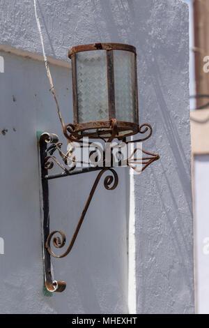 Old rusty lampe rue colonial maison mexicaine sur. Il est maintenant adapté pour ampoules électriques. Banque D'Images