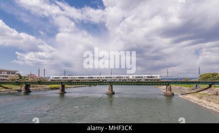Belle vue sur le pont de chemin de fer sur la rivière Uji avec le train qui le traverse, district de Kyoto, Japon Banque D'Images