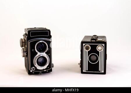 Deux alambics classiques caméras film isolé sur fond blanc avec l'image de l'espace de copie au format paysage Banque D'Images