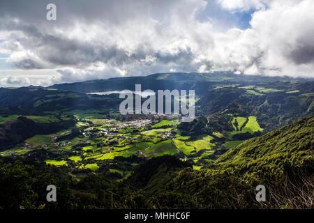 Paysage magnifique avec des champs cultivés, collines verdoyantes, le village et le lagon. Açores vue aérienne du paysage Banque D'Images