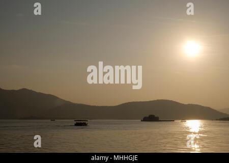 Coucher de soleil sur le lac Pichola, Udaipur, également connu comme la ville des lacs, la Venise de l'Orient, est la capitale historique du royaume de Mewar, Rajasthan.